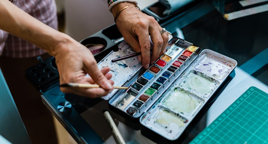 Virginie Menot Illustratrice photo closeup mains aquarelle Fabrice Mannuel Photography